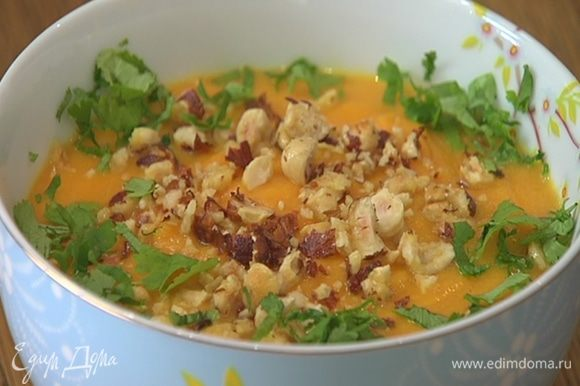 Готовый хумус переложить в пиалу, посыпать измельченными орехами и кинзой.