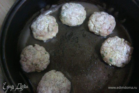 Из готового фарша сформируйте котлетки, обваляйте в муке. (Для панировки также подойдут сухари, крекеры или кукурузные хлопья) Выложите на разогретую сковородку, смазанную растительным маслом.