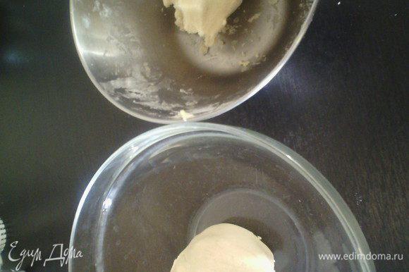 Растопить шоколад и оставить охлаждаться. В масляную массу просеять муку, замесить тесто, разделить на 2 одинаковые части.