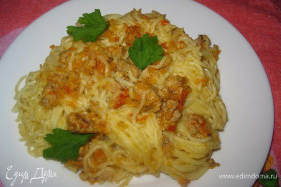 Соедините спагетти с соусом не торопитесь раскладывать блюдо по тарелкам, подождите 10 минут, пока соус впитается и отдаст аромат. Подавайте на стол, посыпав тертым сыром и украсив зеленью.