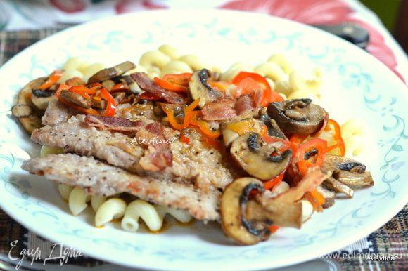 Подавать скалопини с готовым гарниром и грибами со сладким перцем. Приятного аппетита.