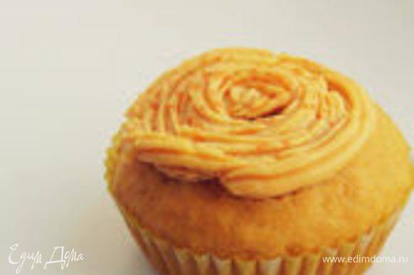 Выходит 10-12 кексов, в зависимости от размера формочек. Остывшие кексы украсить кремом. Делается все быстро, главное дать кексам чуть-чуть остыть, чтобы крем не поплыл.