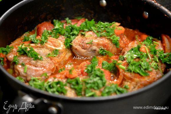 Добавить в овощи томатный соус, кусочки голяшек и готовить до готовности голяшек.