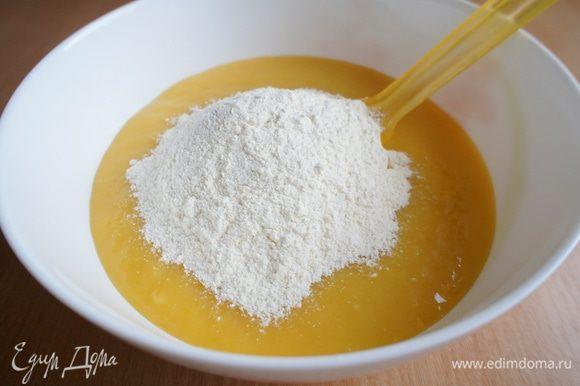 Теперь соединить смесь из манго со смесью из муки и перемешать до однородного состояния.
