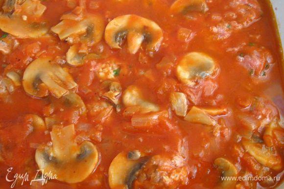 Залить соусом польпетте, поставить в разогретую до 200С духовку на 30 минут.