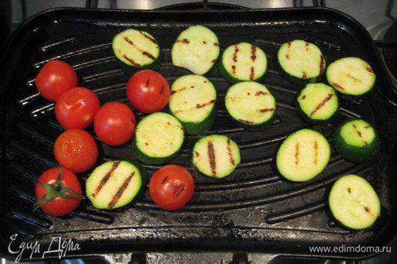Сковороду-гриль слегка смазать оливковым маслом, обжарить все овощи с двух сторон до готовности.