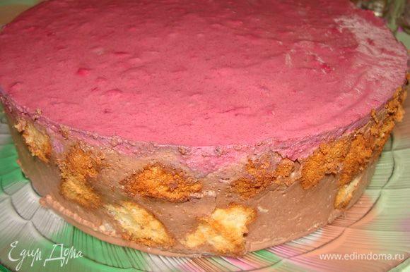 """Здесь я поняла, что мне этого количества мусса не хватит, чтобы полностью покрыть весь торт, поэтому я вставила обрезки по бокам. Поставила в морозилку торт. Около 15-20 минут он застывал. Затем аккуратно подрезав края ножом освободила торт и перенесла его на тарелку. Вот, что из этого вышло. Тут от его вида я расстроилась, пришлось взбить 150 мл кондитерских сливок и замаскировать это """"чудо""""!"""