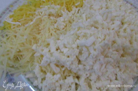 Натереть сыр (4 вида) на терке.