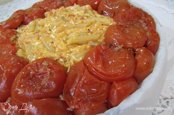 Выложить оставшиеся макароны и накрыть сверху помидорами, срезом вниз. Запекать в разогретой духовке (180 градусов), примерно 30 минут.