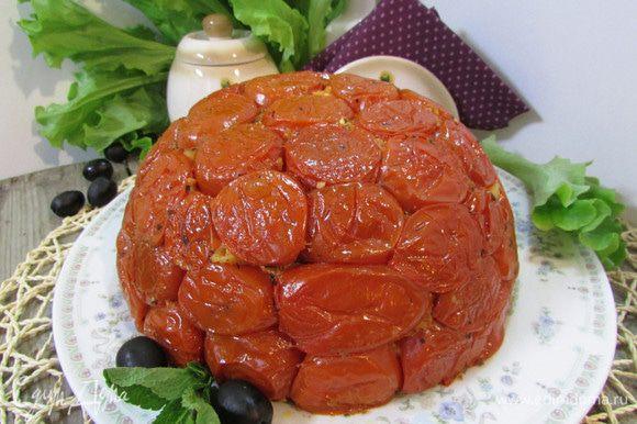 Готовый пирог-запеканку остудить в течение 30 минут. Затем перевернуть на блюдо. Подавать теплым.