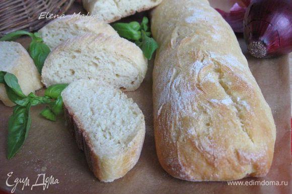 А это хлеб, который я пекла накануне. Дрожжей сухих взяла 5г, муки, соли и воды столько же, сколько в основном варианте. Расстаивалось тесто 2 часа. Температура воды, которую я добавляла к муке, была 18С. Хлеб тоже вкусный, но корочка менее плотная, так что я бы посоветовала остановиться на варианте, который я привела полностью:хлеб более насыщенный, лаконичный.