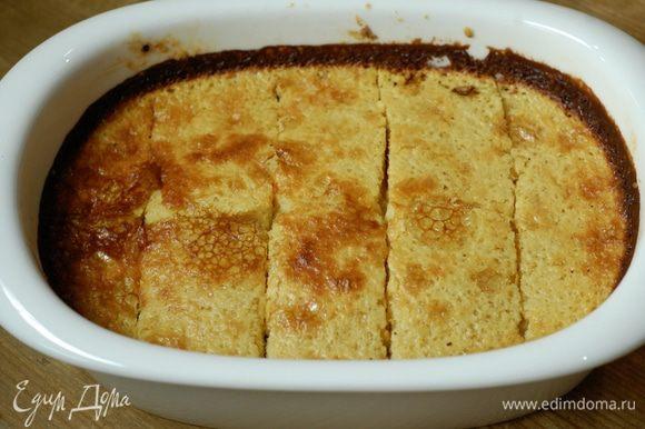 Разрезать на прямоугольные пирожные.
