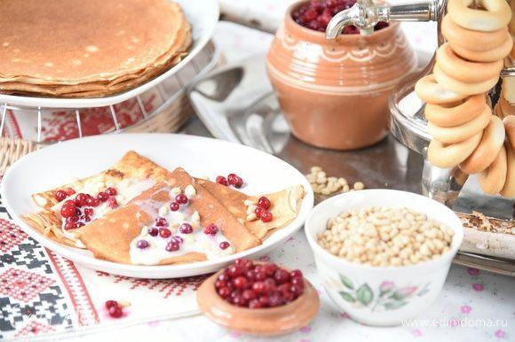 Для подачи полить каждый блинчик сгущенным молоком (в меру!), посыпать брусникой и кедровыми орешками. Свернуть вчетверо и угощать.