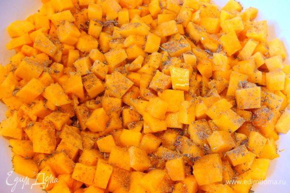 Тыкву порезать мелким кубиком, смешать с приправами и солью, добавить оливковое масло и запечь в духовке до готовности.