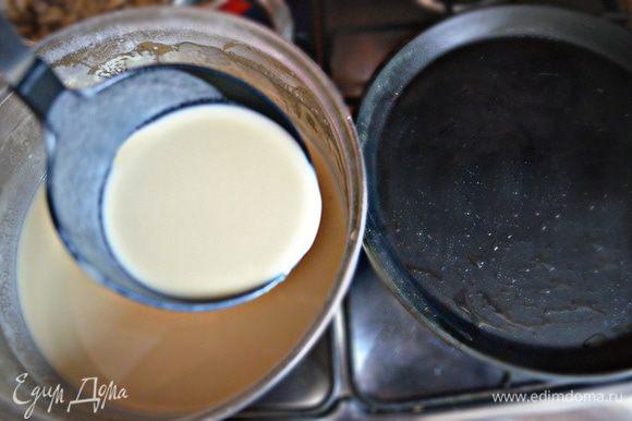 На раскалённой сковороде испечь блины с двух сторон до золотистого цвета.