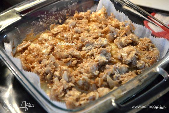 Выложить глазурь поверх кекса. Вернуть в духовку на 10 минут или пока глазурь не приобретет светло-коричневый цвет. Охладить 15 минут.