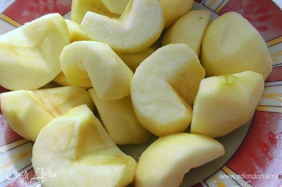 Натереть лимонную цедру. Из яблок вырезать сердцевину, очистить их от кожуры и сбрызнуть лимонным соком. Яблоки лучше брать с кислинкой.