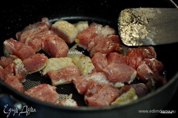 Свинину посолить и поперчить, обвалять в муке, на сковороду добавить 1 ст. л. оливкового масла и обжарить по 3 минуты с каждой стороны.