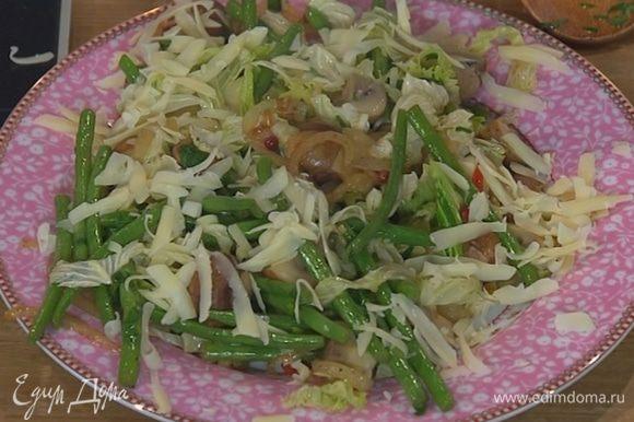 Сыр натереть на крупной терке и посыпать грибы с фасолью и капустой.