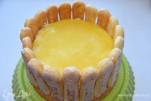Залить верх торта сначала половиной желе, поставить в холодильник на полчаса. Вылить оставшееся желе. Потрясти немного торт из стороны в сторону, чтобы желе равномерно растеклось. На фото желе залито в первый раз. Поставить торт в холодильник на 3-4 часа.