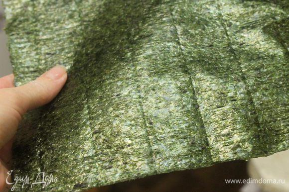 Лист нори порезать на 4-6 частей (все зависит от размера куска мяса, нужно чтобы водоросли были немного меньше мяса).