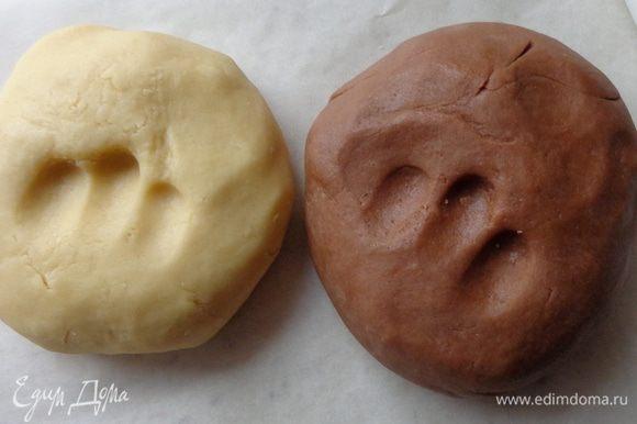 Сделать песочное тесто: мягкое сливочное масло растереть с сахарной пудрой, разрыхлителем и мукой в крошку, добавить 2 желтка. Полученное тесто разделить на две не совсем равные части ( приблизительно 2\5 и 3\5 ) и в меньшую часть вмешать какао. Полученное тесто будет довольно мягким.