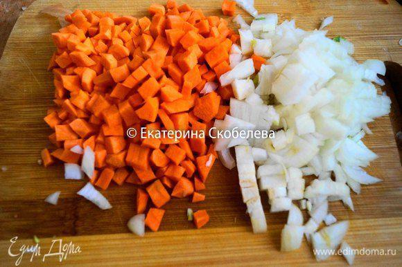 Морковь порезать мелким кубиком, лук мелко нашинковать.