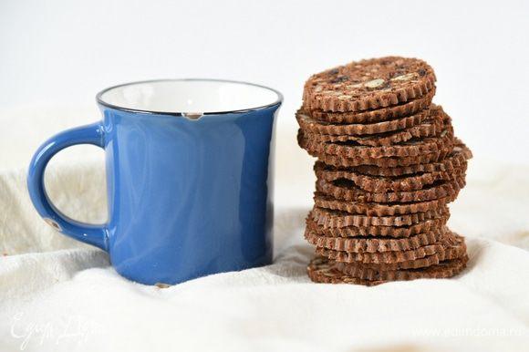 Сушить в духовке 15-20 минут на одной стороне, перевернуть каждый ломтик и еще на 10 минут, необходимо приоткрыть немного дверцу духовки, что выходила лишняя влага. Вы можете сушить хлебцы до состояния сухариков или оставить их слегка-слегка недосушенными. Регулируйте по своему вкусу. Дать полностью остыть.