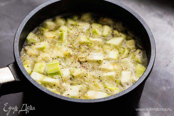 Добавляем чистую воду. Когда она закипит, уменьшаем огонь до легкого бульканья, солим, перчим добавляем сухие травы и томим 30-40 минут. Готовый суп пробуем на соль, при необходимости досаливаем. Взбиваем в блендере до однородности.