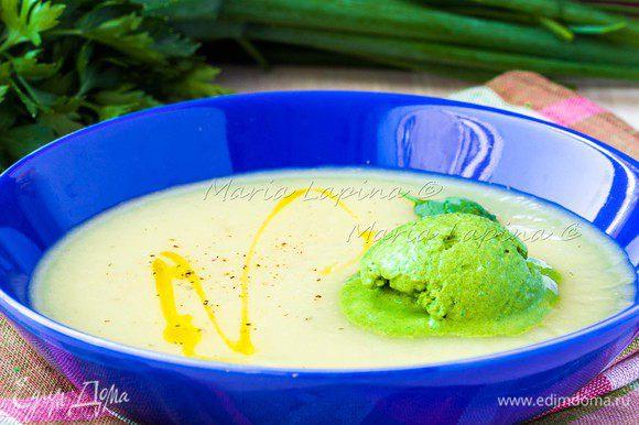 Накладываем по тарелкам суп, заправляем оливковым маслом и молотым перцем. В каждую тарелку кладем по шарику мороженого. И скорее подаем к столу пока оно не растаяло.