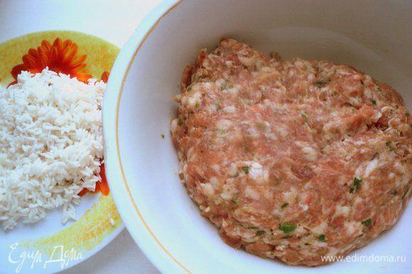 Рис несколько раз промыть и замочить на 3 часа или на ночь. Веточки кинзы, кедровые орешки, чеснок и лепестки маринованного имбиря измельчить в блендере и добавить эту смесь к свиному фаршу. Приправить фарш соевым соусом, молотым имбирем, посолить и поперчить по вкусу и хорошо вымесить и выбить фарш до однородной массы. Поставить фарш в холодильник на 30-60 минут мариноваться.