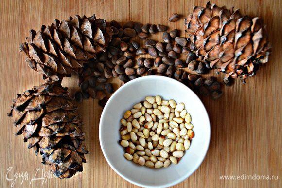 Подготовить кедровые орешки. Можно слегка подсушить их на сухой сковороде.