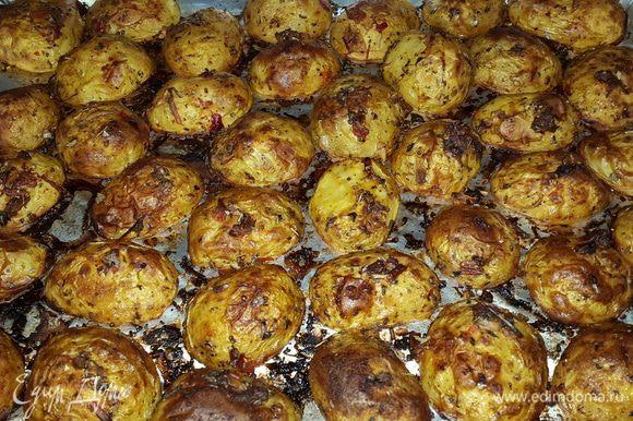 Когда картофель готов, даем ему постоять 5 минут, чтобы легко отходил от фольги, и подаем.