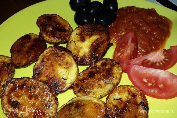 Я подавала с картофелем томатный соус с базиликом, маслины и помидоры. Это очень вкусно! Приятного аппетита!
