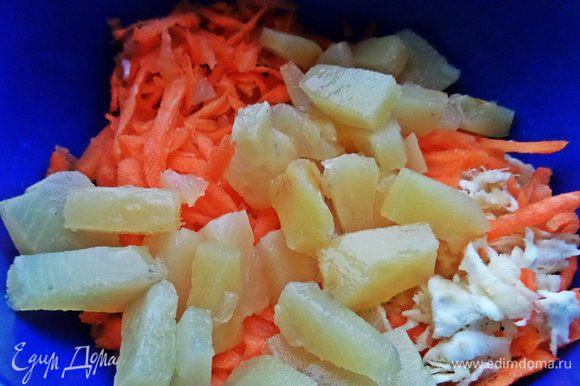 Отправим кусочки ананаса к овощам.