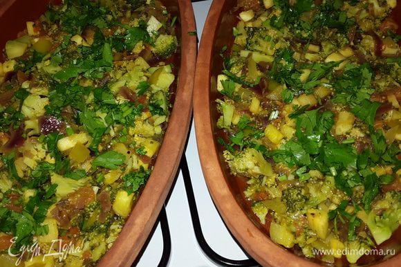 Выкладываем овощи в смазанные оливковым маслом тарелки, равномерно распределяя, и посыпаем половиной рубленной петрушки.
