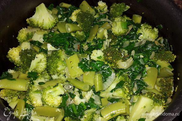 Брокколи с фасолью откинуть на дуршлаг, брокколи порезать на более мелкие кусочки. Смешать шпинат с брокколи и фасолью. (Можно прямо в сковороде где тушился шпинат, можно переложить в кастрюльку). Посолить, поперчить, добавить немного горячей воды, накрыть крышкой и тушить на медленном огне примерно 15 минут.