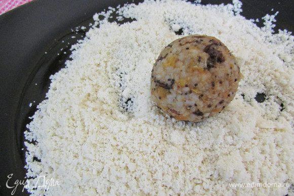 Часть конфет обвалять в ореховой стружке.