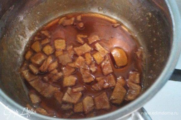 В ковшике растопить мед, добавить лимонный сок и цедру. Варить сироп на слабом огне 6-8 минут.