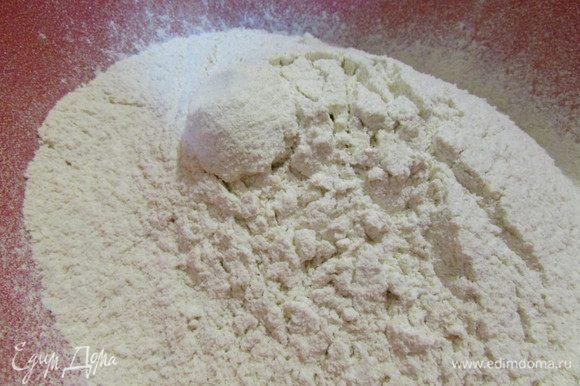 В миску просеять всю муку (гречневую, пшеничную, ржаную).