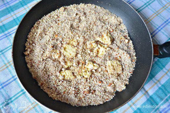 В сковороде растопить сливочное масло, положить размельчённые орехи и немного обжарить.