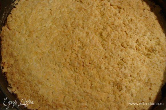 Уложим бисквит в разъемную форму. Намажем пудинговым кремом. Сверху положим кокосовый корж. Затем вафельный корж измельчим, добавим чуть меньше половины обжаренного очищенного миндаля, добавим половину оставшегося заварного крема. Если хотите, чтобы вафли хрустели, то можно крем не добавлять. Выложить сверху кокосового коржа.