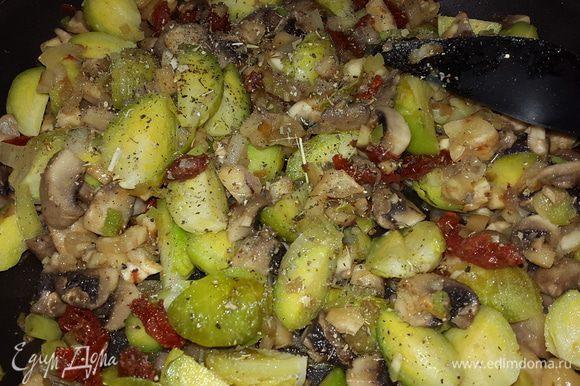Капусту режем на 4 дольки и отправляем к остальным. Солим, перчим, добавляем базилик, если нужно немного оливкового масла, перемешиваем, тушим 1 минуту добавляем половину рубленной петрушки, перемешиваем и снимаем с огня.