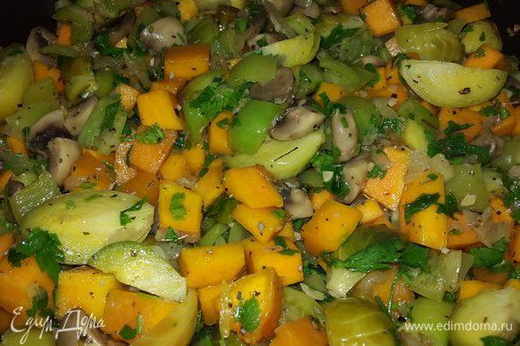 Брюссельскую капусту откидываем на дуршлаг, обдаем холодной водой и режем на дольки. Петрушку мелко рубим. Капусту и половину петрушки отправляем к овощам, солим, перчим, посыпаем сушеным базиликом, перемешиваем и тушим ещё 2 минуты. Глиняные тарелки предварительно замачиваем в холодной воде на 10 минут. Перекладываем наш микс в тарелки и отправляем запекаться в духовку на 20 минут при температуре 200С. (Духовку предварительно не разогреваем) Через 20 минут достаем тарелки, посыпаем оставшейся петрушкой и тыквенными семечками. Выключаем духовку и даем постоять в ней тарелкам ещё 5 минут.