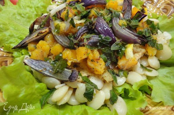 """Приготовить соус """"Тахини"""". Смешать измельченный чеснок с пастой """"Тахини"""", добавить лимонный сок, посолить и (при необходимости) разбавить холодной кипяченой водой до консистенции жидкой сметаны. На тарелку с листьями салата выложить фасоль, полить соусом. Сверху выложить запеченные овощи, рубленый базилик и сбрызнуть оливковым маслом."""
