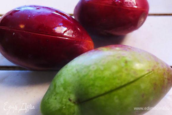 Свежие маслины (оливки) отобрать по размеру и степени зрелости, удалить плохие ягоды, стебельки. Хорошо и несколько раз промыть в холодной воде. На каждой маслине, сбоку сделать пару надрезов. Надрезы делаем для того, чтобы горечь ушла как можно быстрее, иначе придется вымачивать гораздо дольше.