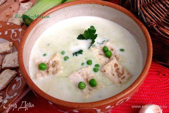 В духовке запечь крутоны с тертым сыром. Их следует подать отдельно. Украсить суп зеленью, зеленым горошком. Подавать горячим. Приятного аппетита!