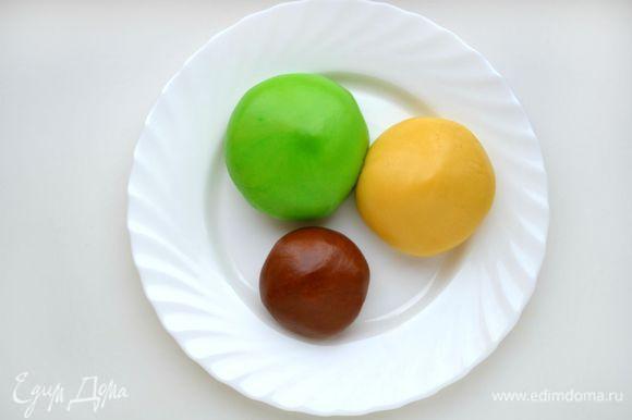 В самый большой шар теста добавить зеленый краситель, размять руками до однородного цвета. Если имеется зеленый чай матча - можно добавить его. Во второй шар ничего не добавлять. В 3-й какао-порошок. Хорошо размять руками. Убрать в морозильную камеру на 5 минут.