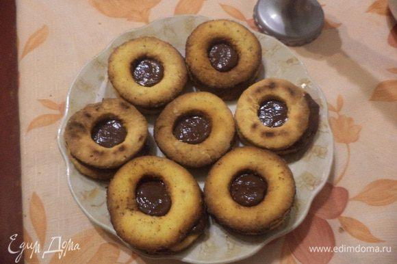 Целое печенье и печенье с дырочкой попарно соединить кремом. Угощайтесь! Приятного аппетита!