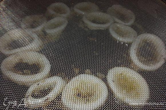 Чтобы масло не забрызгало плиту накрываем сковороду специальной сеткой.